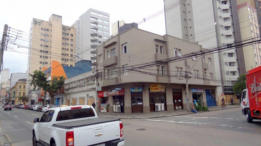Apartamento 2 quartos com vista para a rua no centro.